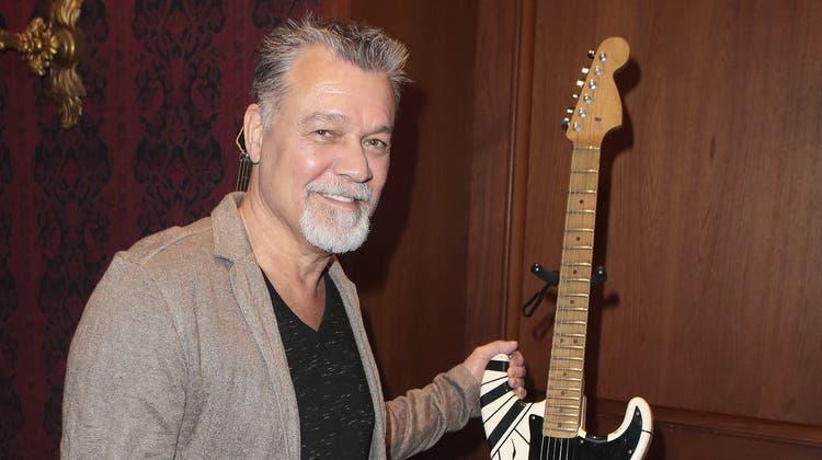 Gitarrist Eddie Van Halen tritt 2015 bei einem Konzert auf. (Bild: Greg Allen/AP)