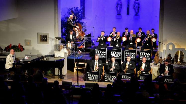 Das Glenn Miller Orchestra spielt sich swingend durch die Adventszeit