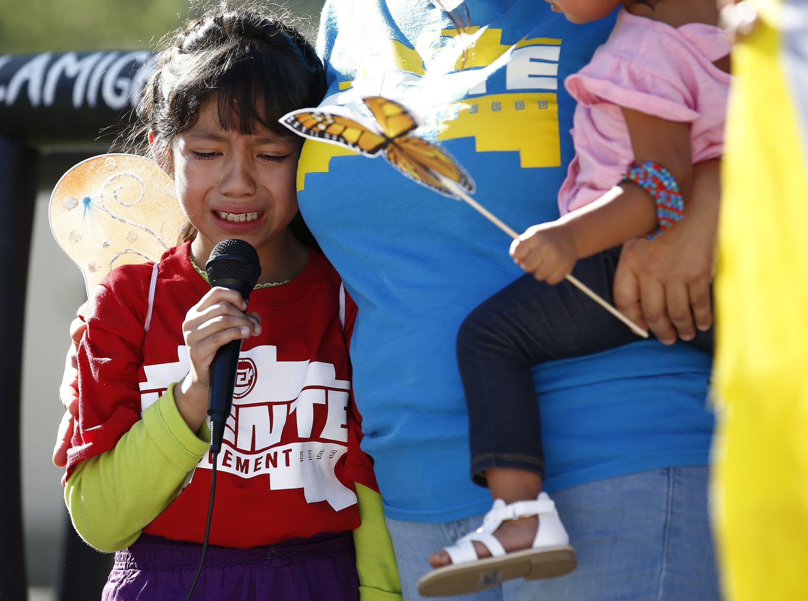 Akemi Vargas (8) weint, während sie darüber spricht, dass sie von ihrem Vater getrennt wurde.