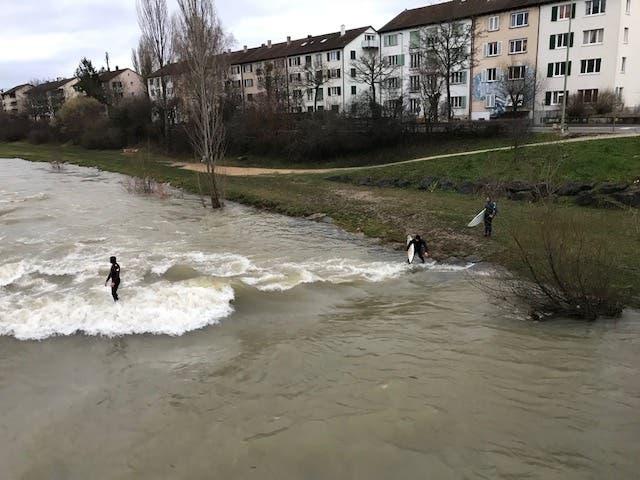 Riversurfer nutzen das Hochwasser, um auf der Birs ihrer Leidenschaft zu frönen. Ein gefährliches Spiel.