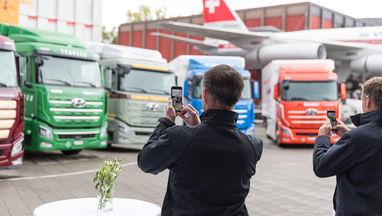Beim Verkehrshaus Luzern: Die ersten Wasserstoff-Trucks von Hyundai weltweit gingen unter anderem an Migros, Coop und Galliker. (Bild: PD)