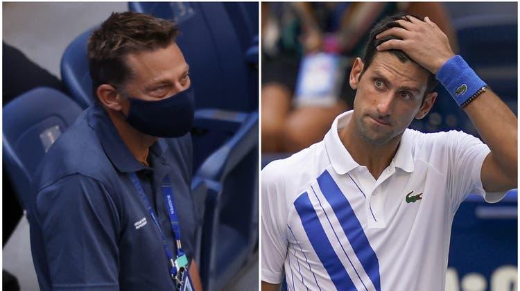 Supervisor Andreas Egli (rechts) im Gespräch mit Tennisspieler Kyle Edmund an den Australien Open 2018. (Bild:AP (Melbourne, 25. Januar 2018))