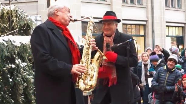 Singing Christmas Tree - Pepe Lienhard swingt in Zürichs Strassen