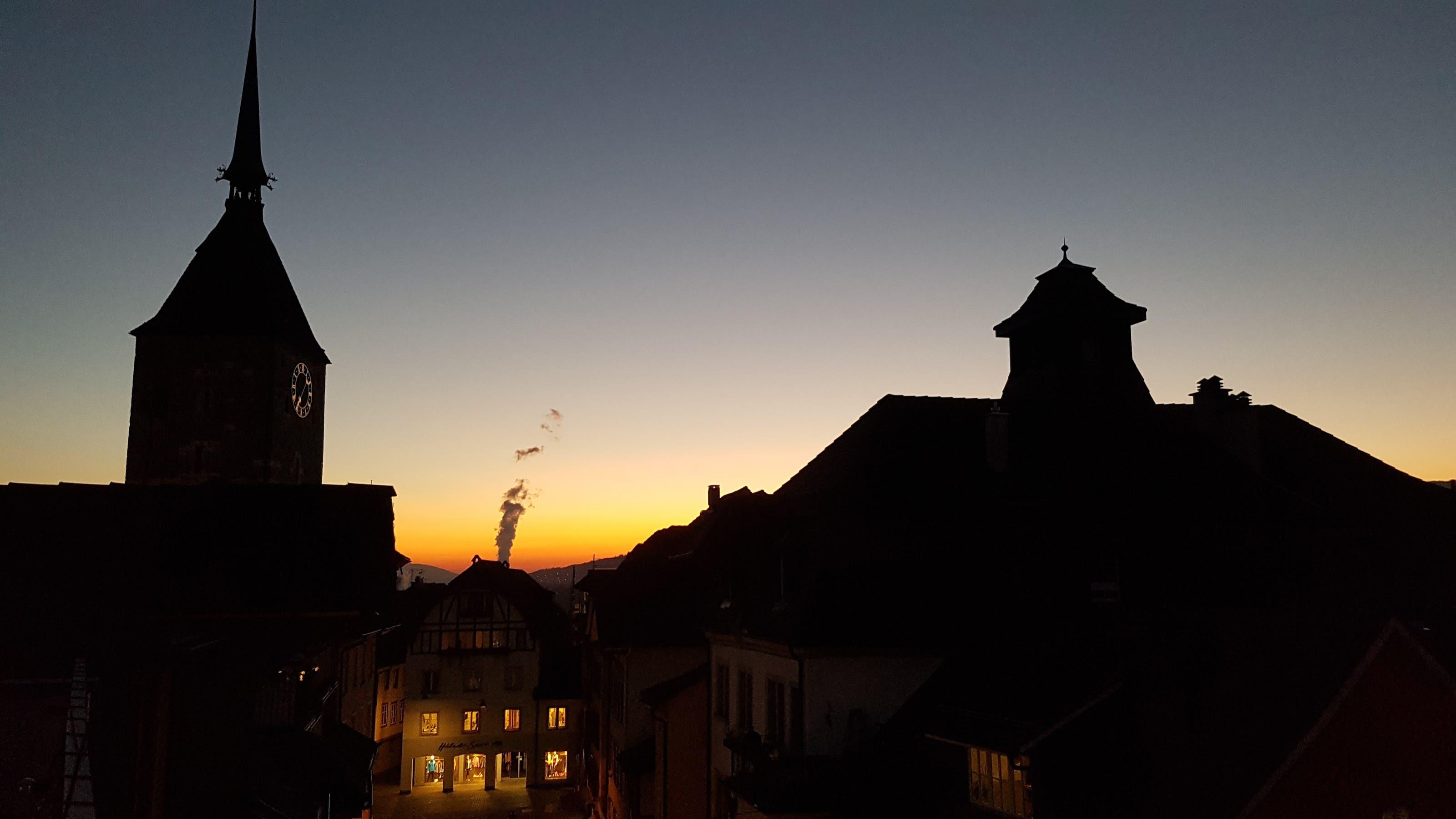 undefined Schattenspiel über den Dächern von Aarau.