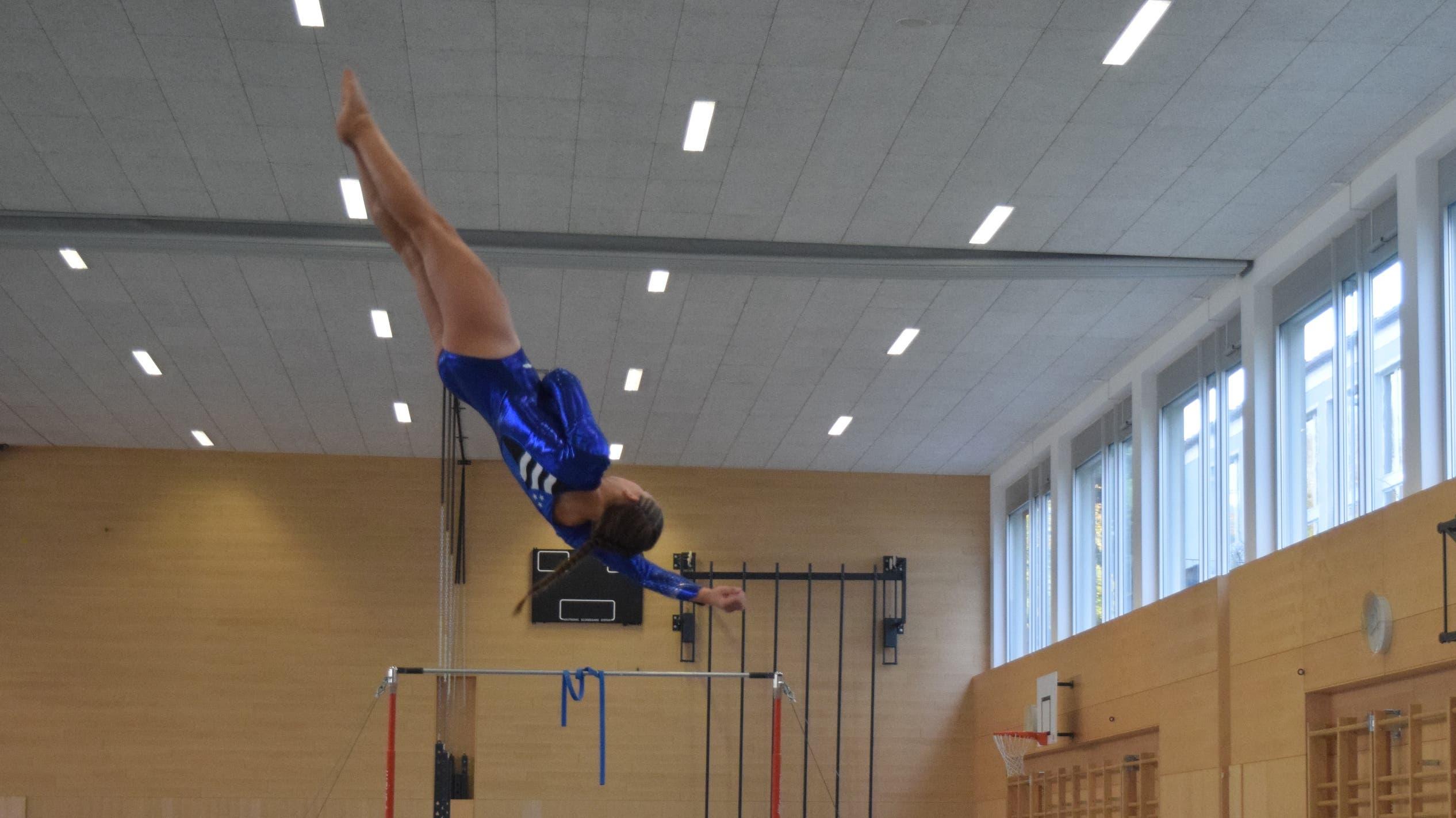 Die Turnerinnen wollen hoch hinaus – Manuela Kramer (K7) am Sprung.
