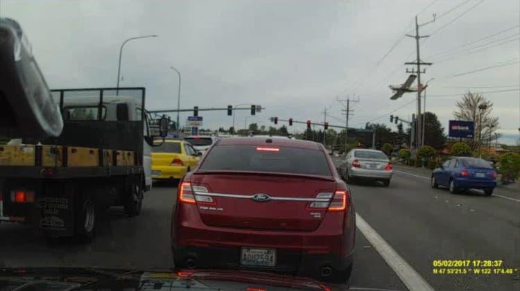 Zum Glück ist rot: Hier stürzt gleich ein Flugzeug auf die Kreuzung