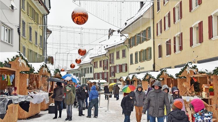 Mehr Platz für Stände und Besucher: Der erste Weihnachtsmarkt in der Innenstadt war eine schöne Bescherung