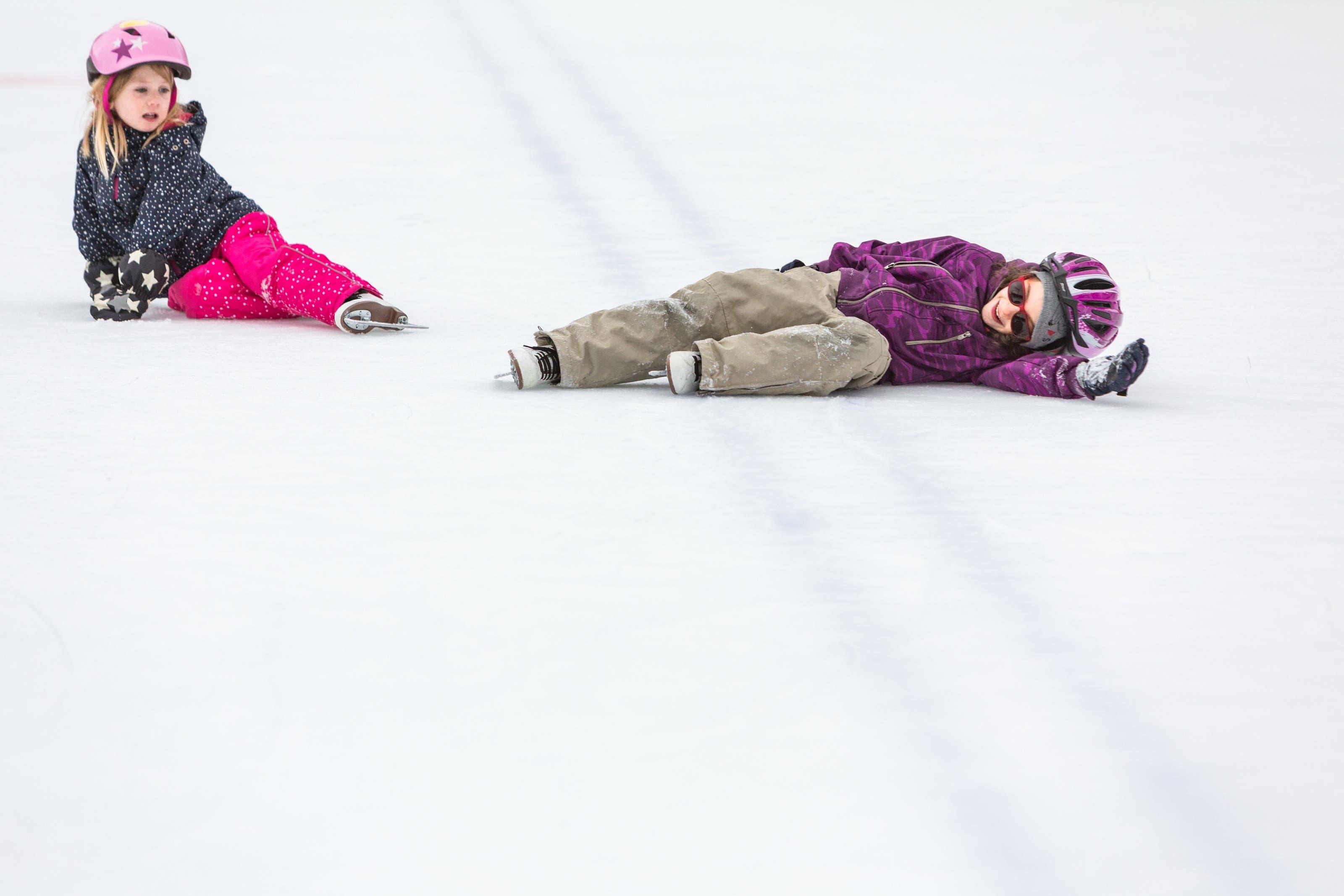 Neela und Sofia gefällts auf dem Eis – dick eingepackt, machen ihnen Stürze gar nichts aus.