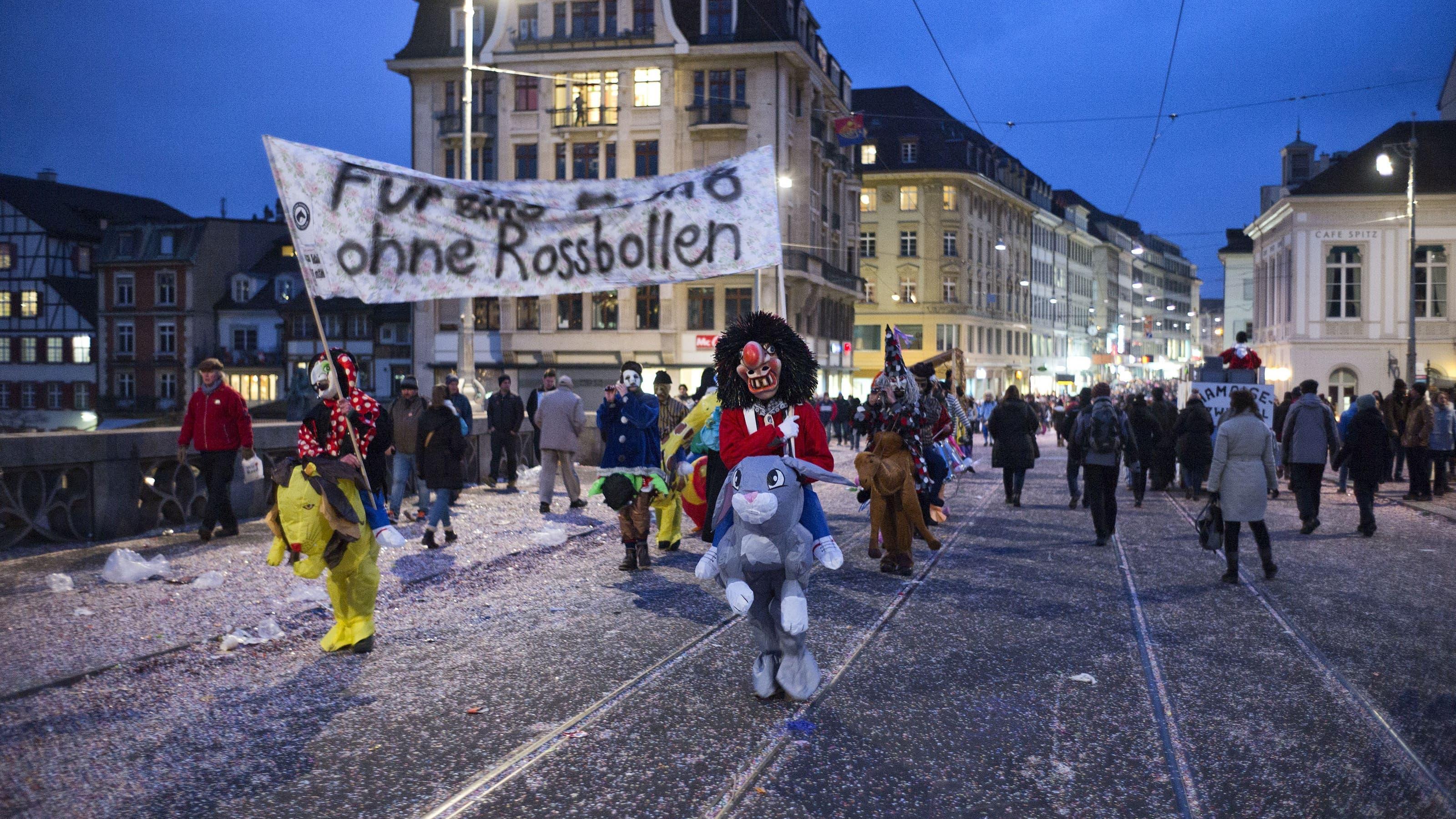 """Zyyschtig Basler Fasnacht. Zyschtig. """"Für eine Fasn8 ohne Rossbollen."""" Photo by Roland Schmid"""