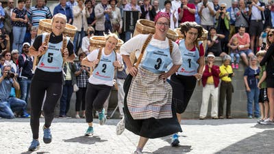 Zug feiert mit dem traditionellen Chriesisturm die Kirsche