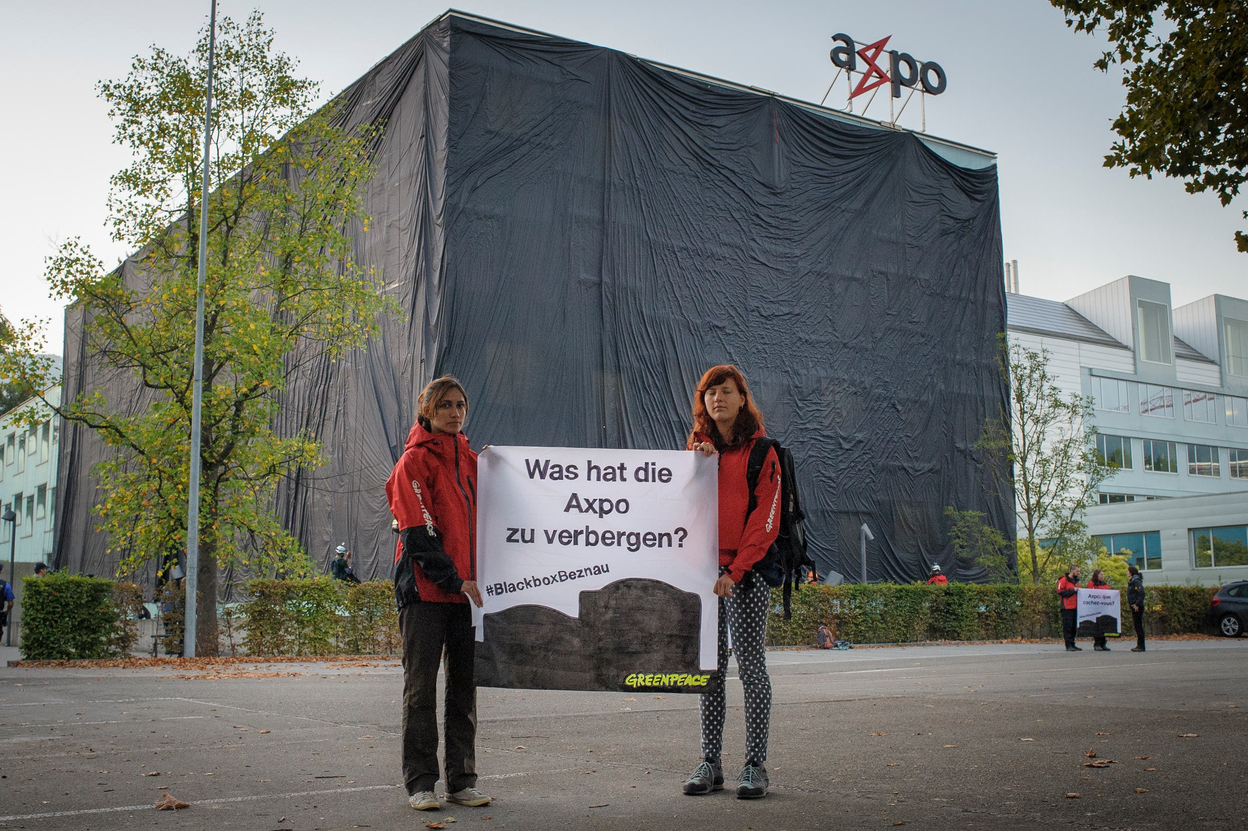 Schwarzer Stoff an Axpo-Zentrale Im Herbst 2016 verhüllt Greenpeace ein Glasgebäude am Axpo-Haupt-sitz in Baden. Der schwarze Stoff soll die – aus der Sicht von Greenpeace – intransparente Kommunikation über den Zustand des AKW Beznau symbolisieren.