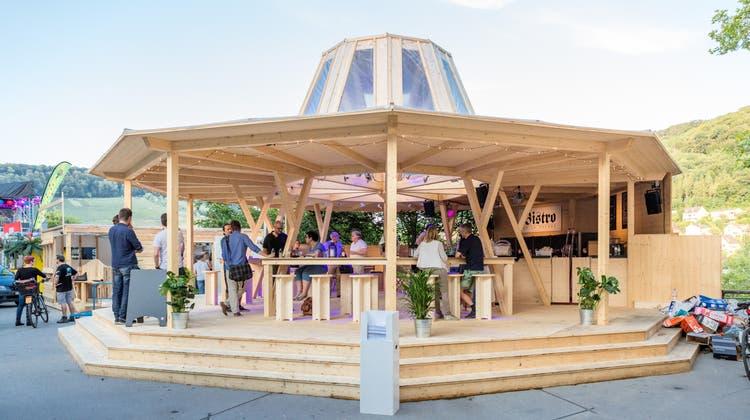 """""""Bistro de la Presse»: Unter der Botta-Kuppel feiern Besucher mit Promis"""