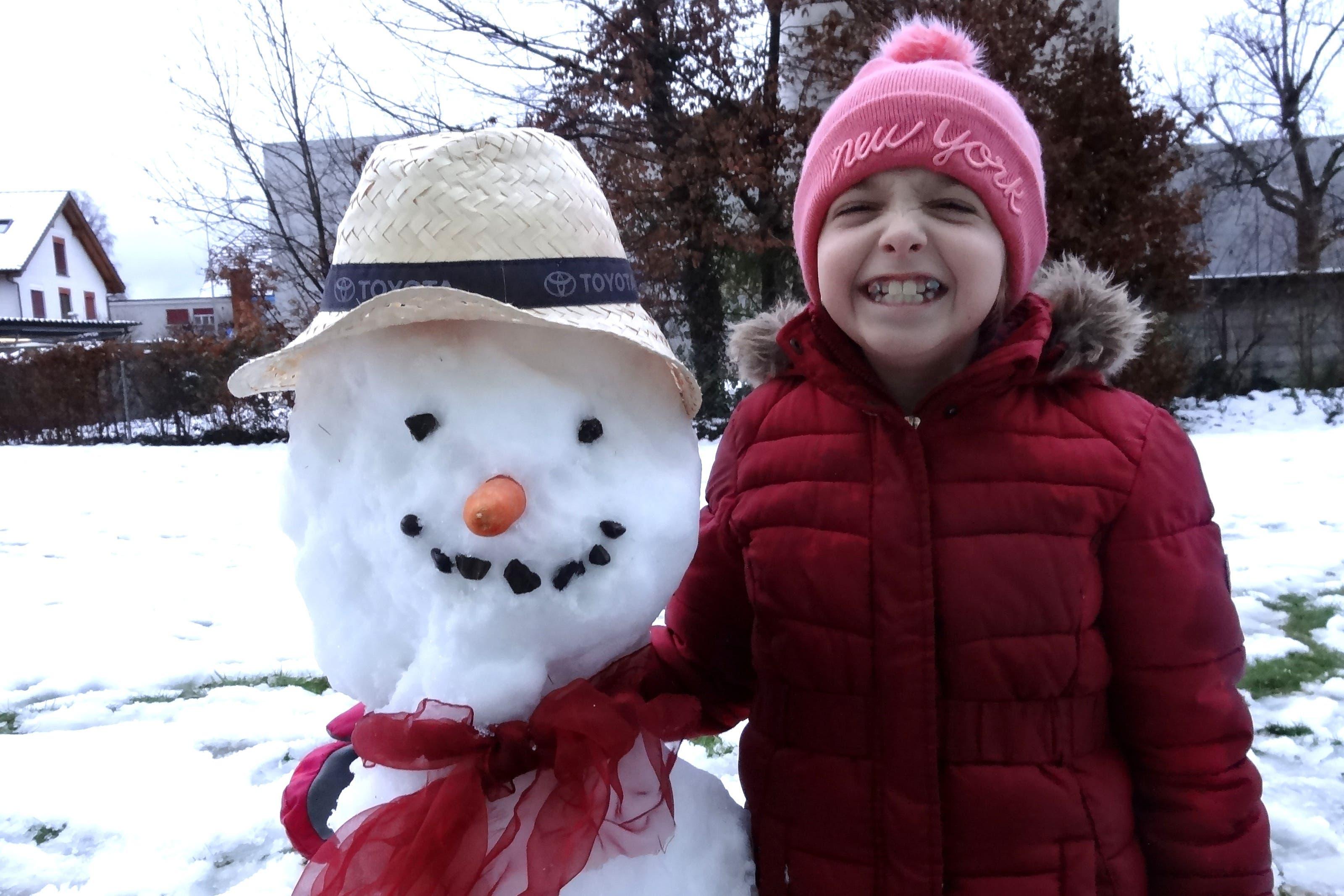undefined Grosses Wintervergnügen: Sara mit Edi, unserem ersten Schneemann in diesem Winter!