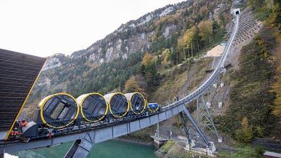 Steilste Standseilbahn der Welt: Wagen am Stoos auf Schiene gesetzt