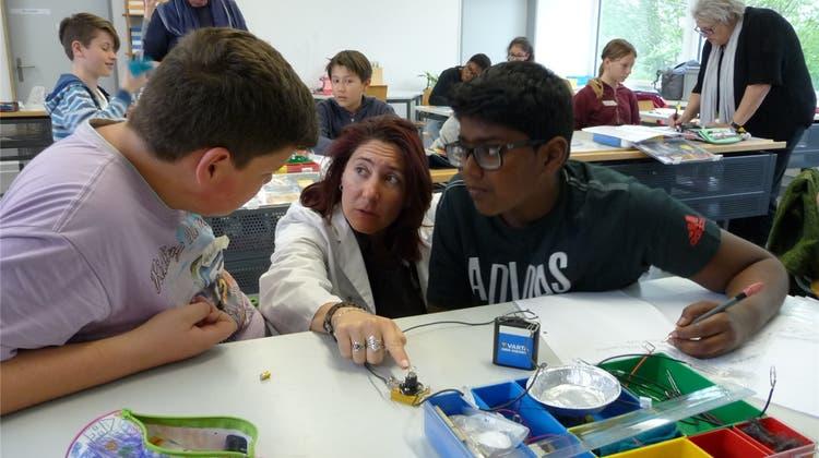 «Fliehender Ballon» und ein «Verrückter Kompass»: Schüler experimentieren mit Strom