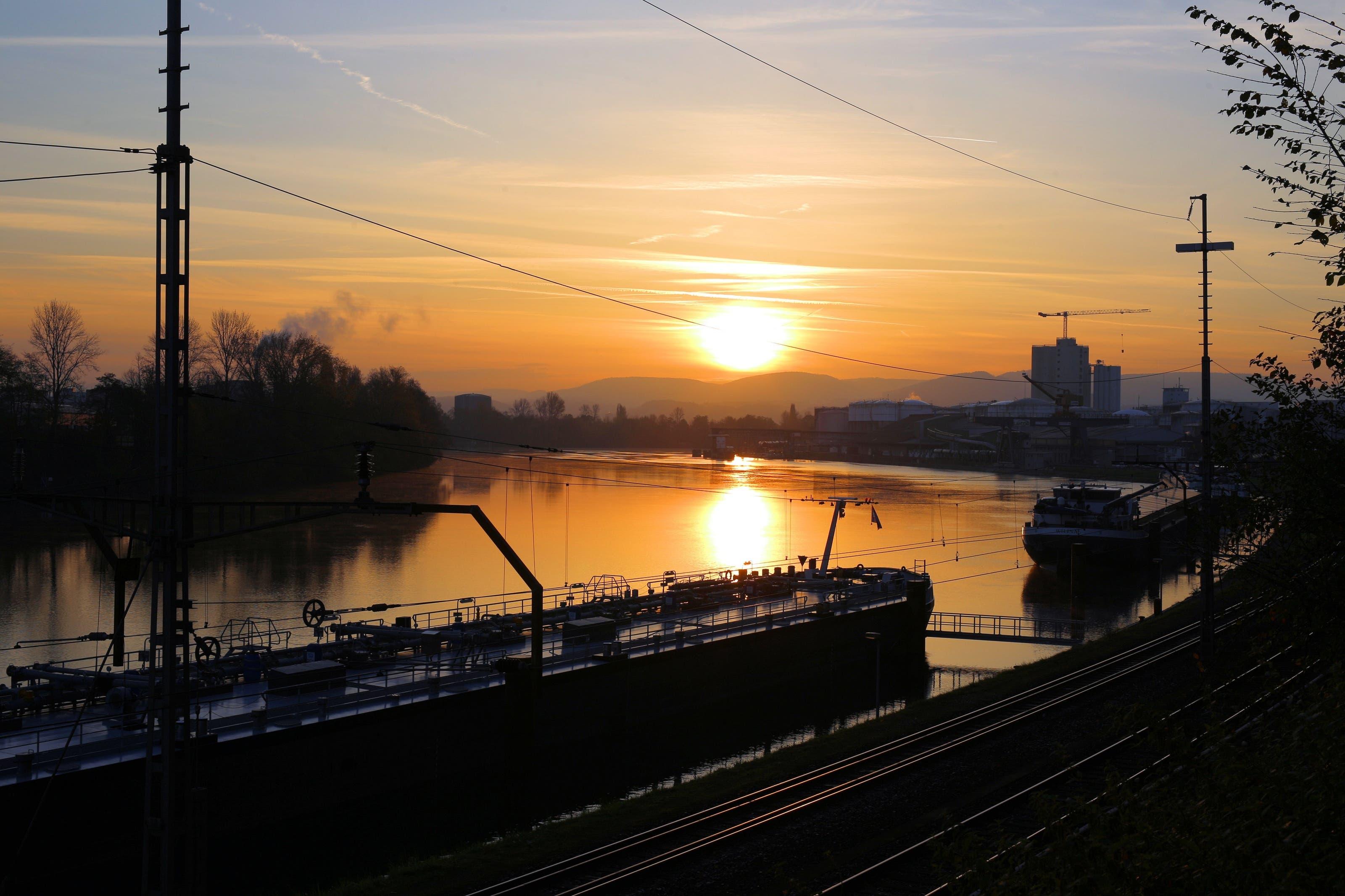 undefined Goldene Morgenstimmung am Rhein beim Auhafen