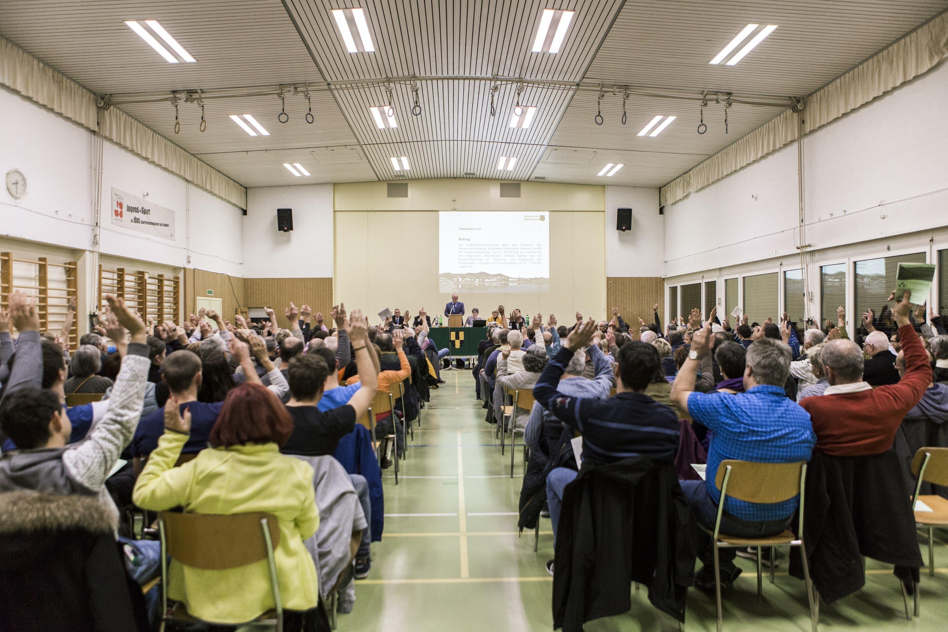 184 der 1907 Stimmberechtigten kamen an die Gemeindeversammlung - vergleichsweise ein Grossaufmarsch.
