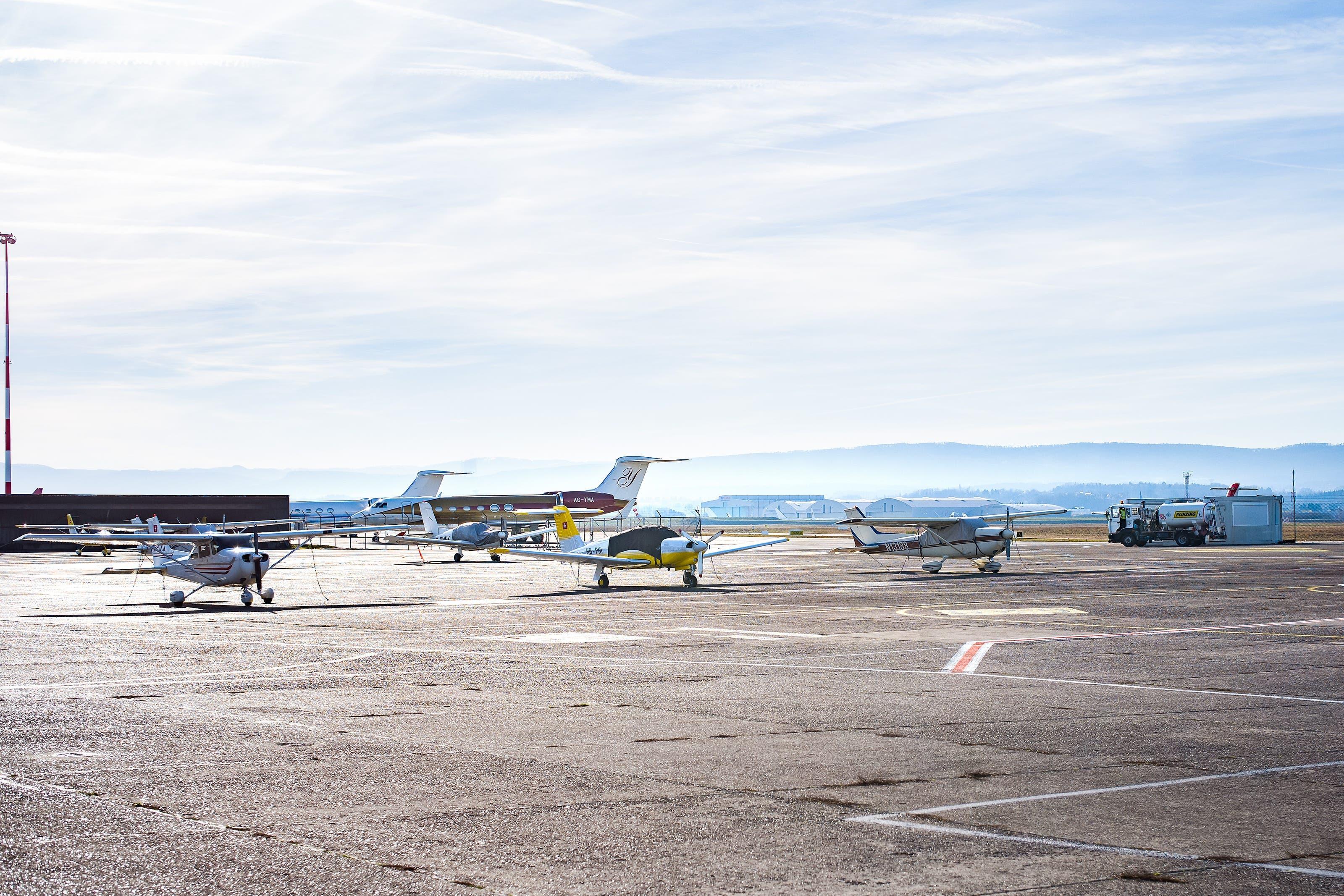Flugschule Basel auf dem Euro Airport Mulhouse - von hier aus startete der verhängnisvolle Flug der Basler Piloten Flugschule Basel am Euro Airport, Logos und Gebäude.