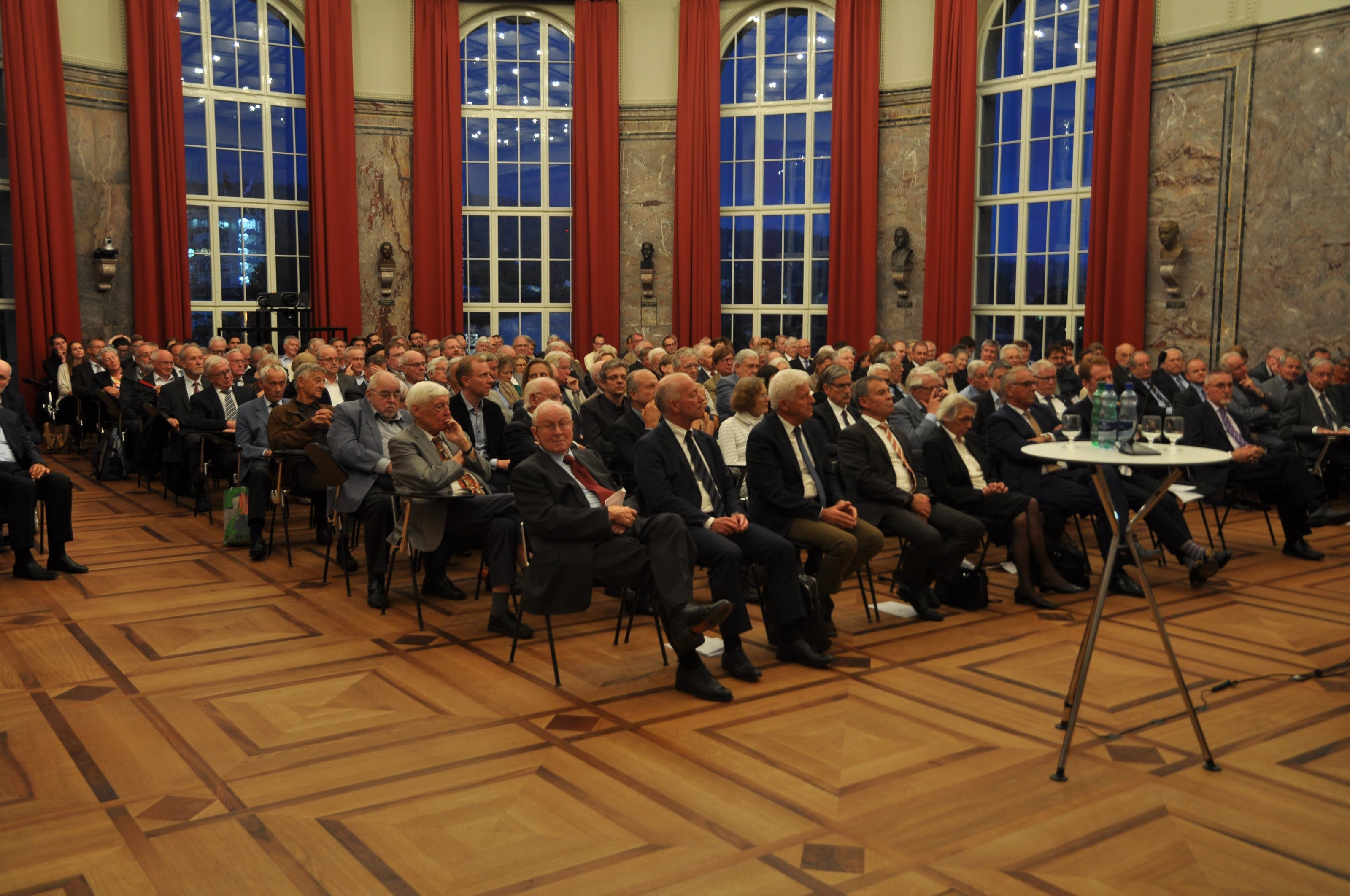 Die Vernissage zum Buch fand in der Aula der Universität Zürich statt.