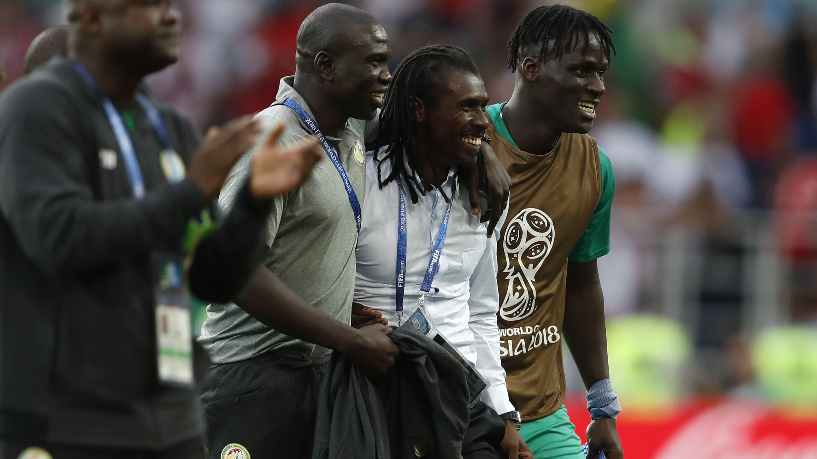 Senegal hingegen feiert mit Trainer Aliou Cisse den Sieg.