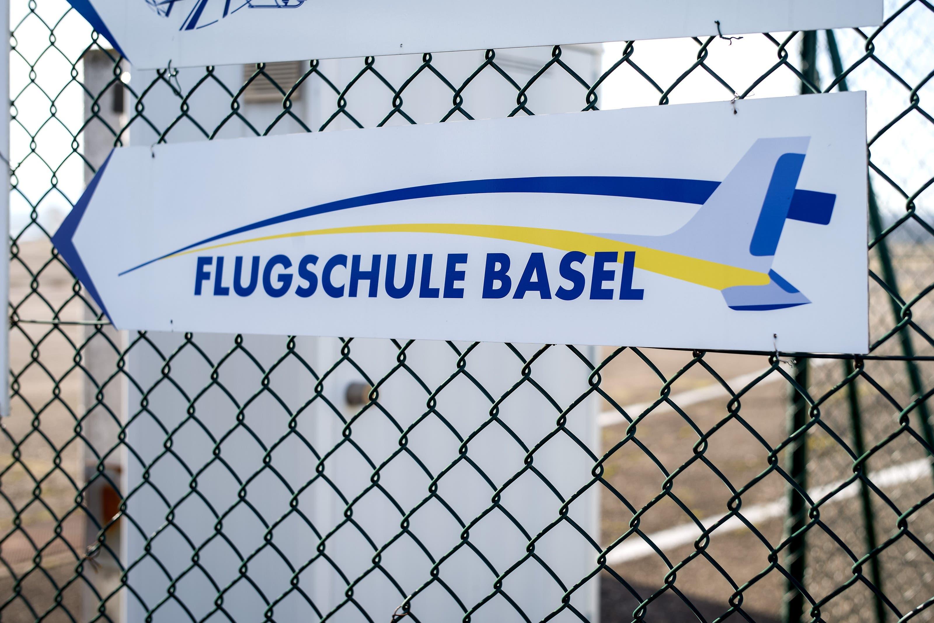 Flugschule Basel Flugschule Basel am Euro Airport, Logos und Gebäude.