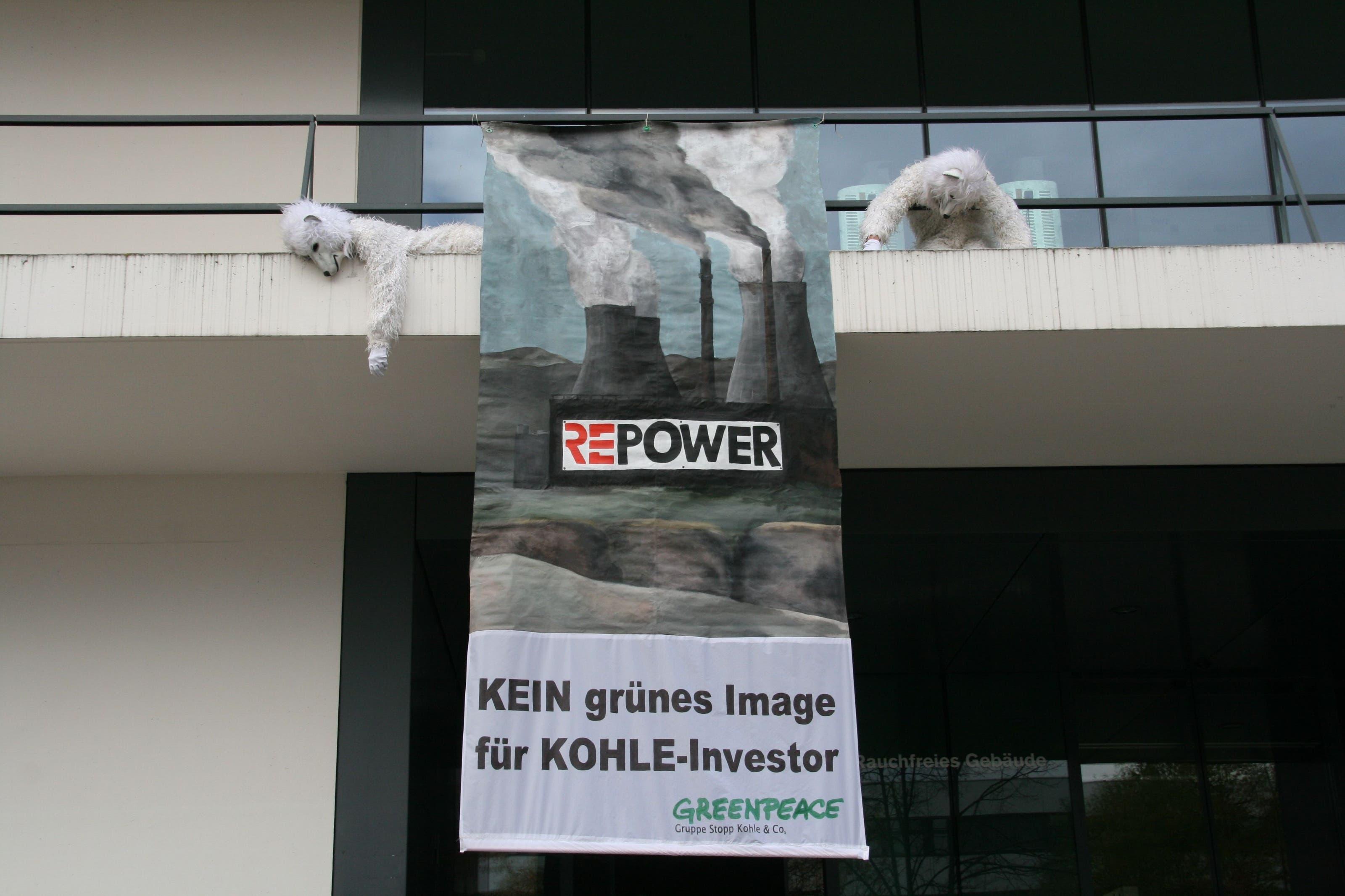 Eisbären gegen Kohlekraftwerke Im Herbst 2010 hängt ein Trans-parent an der Fassade des Trafozentrums in Baden. Vor einem Energiekongress kritisiert Greenpeace die Bündner Firma Repower, die in Italien und Deutschland Kohlekraftwerke realisieren wollte.