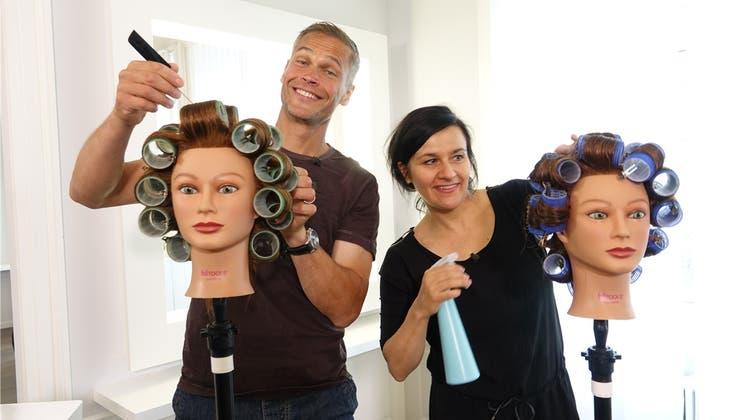 Für Glanz und Gloria: Promis lernen in Baden, wie man Haare schneidet