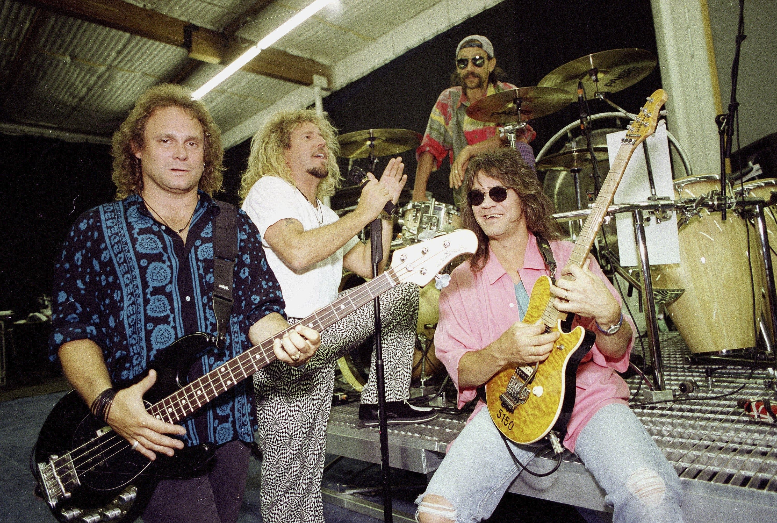 Van Halen, das sind (von links): Bassgitarrist Michael Anthony, Leadsänger Sammy Hagar, Schlagzeuger Alex Van Halen, Leadgitarrist Eddie Van Halen. Van Halens Debütalbum war 1978 erschienen, zum wohl größten Erfolg der Band wurde der Song «Jump» im Jahre 1984.