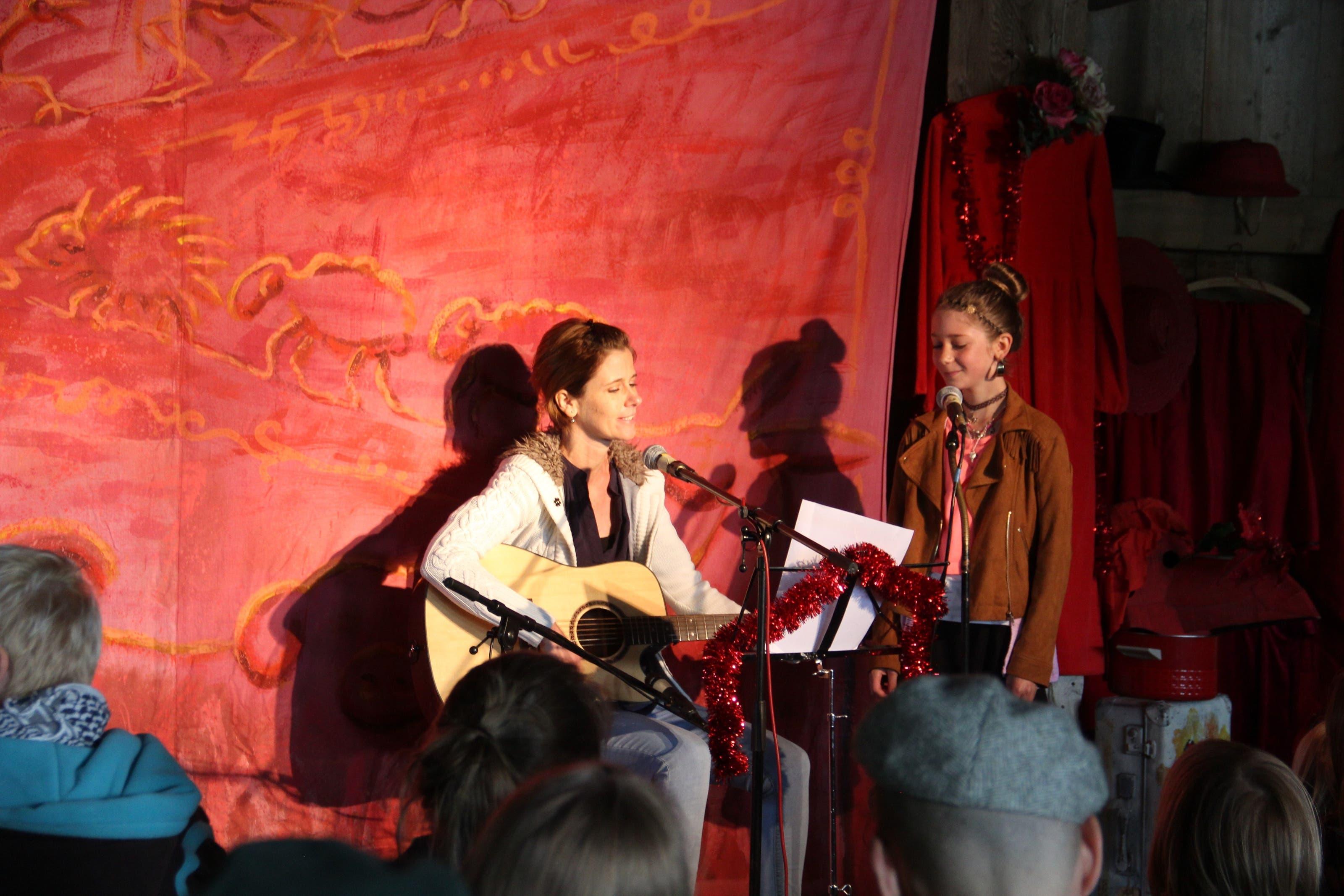 Das Liedermacherfest Troubadix brachte rund 300 Zuschauer auf die alte Zollbrücke in Sins