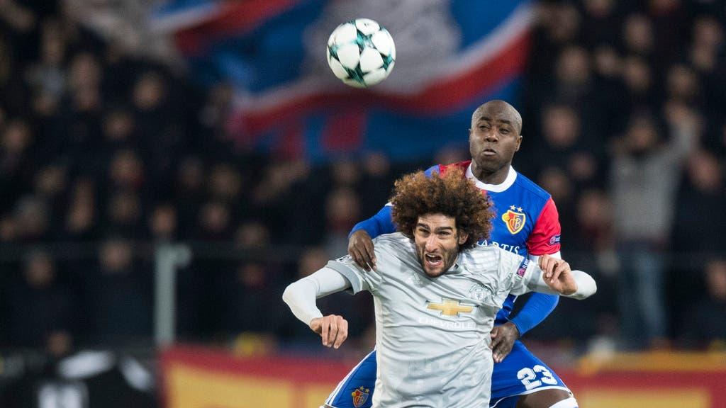 Basels Eder Balanta im Luftduell gegen Manchester Uniteds Marouane Fellaini.