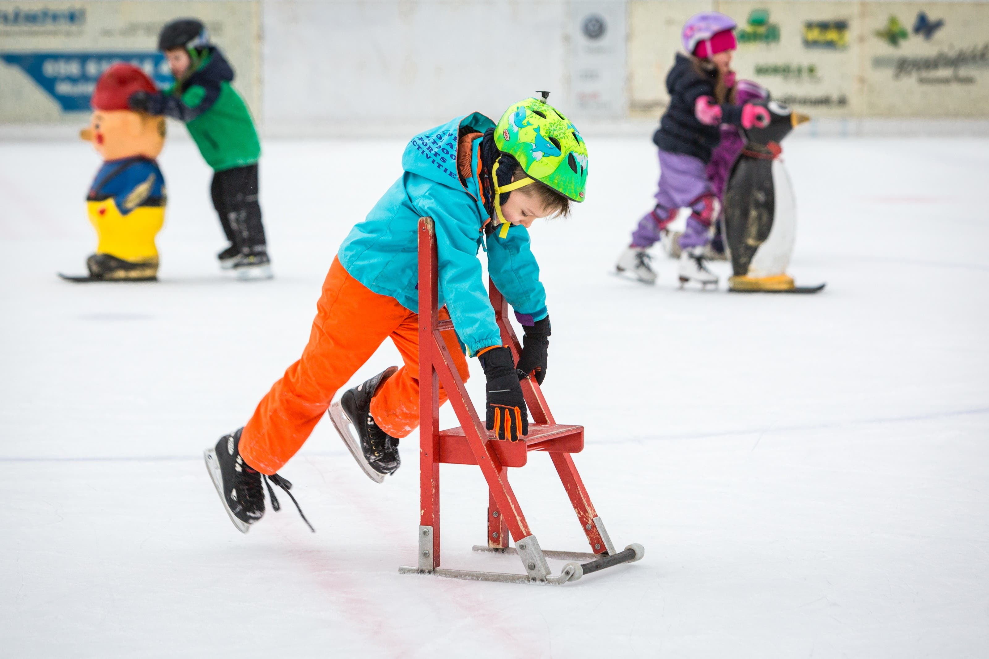 Nicolas übt seine ersten Tricks auf dem Eis.