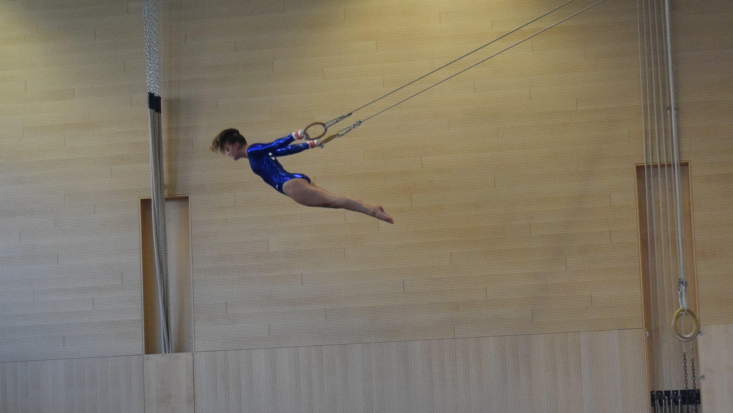 Noemi Freiermuth (K7) bei ihrer Übung an den Ringen.