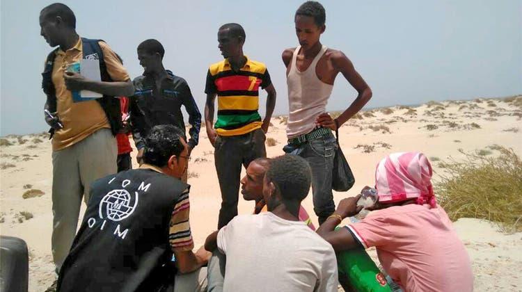 Schlepper treiben 180 Flüchtlinge mit Knüppeln ins offene Meer – 55 Menschen sterben