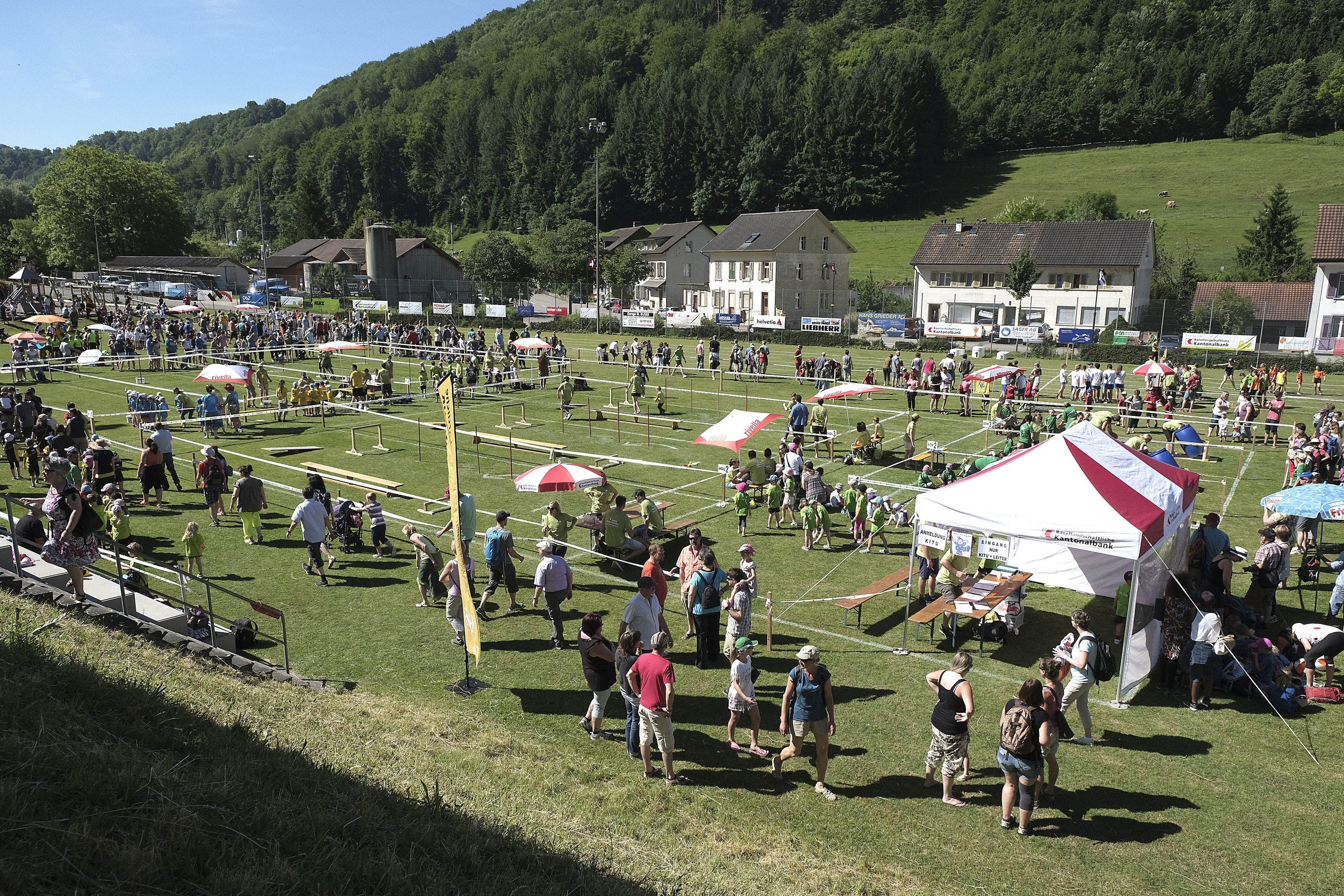 So präsentierte sich das Festgelände des Regional-Jugendturnfests in Tecknau mit Kinderturnen und Unihockeyparcours.