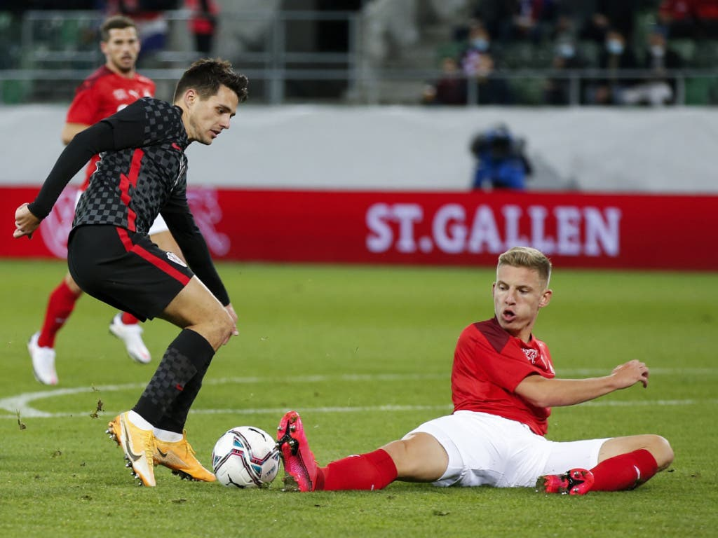 Der Nationalmannschafts-Debütant Becir Omeragic stoppt Kroatiens Offensivmann Josip Brekalo