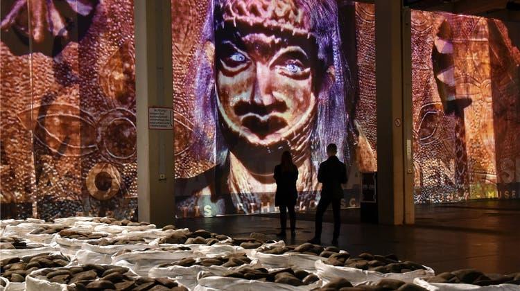 Vorwärts in die Vergangenheit – das düstere Weltbild der wichtigsten Kunstausstellung