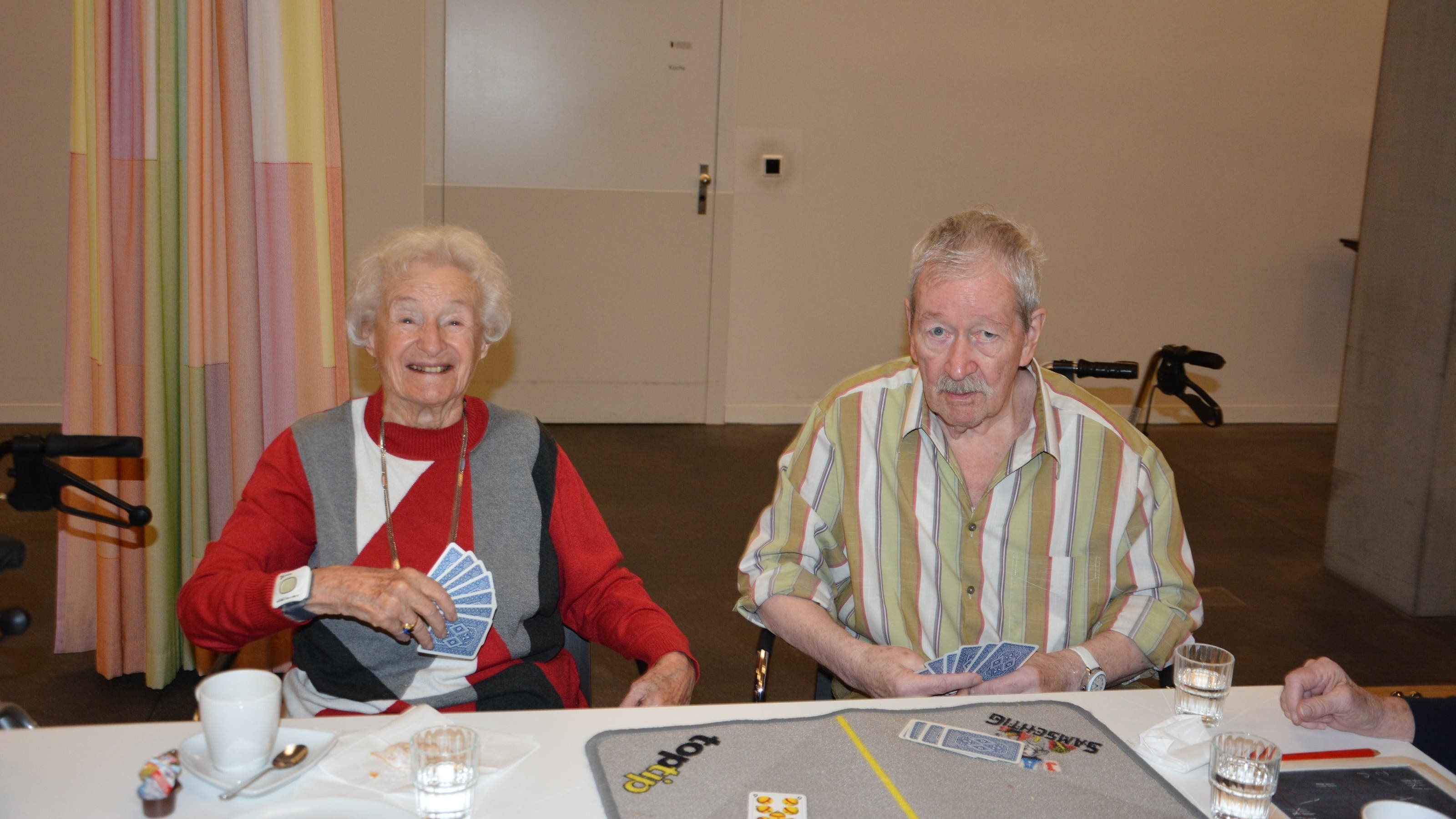 Hanna Lampert (90) und Hans Rüedi (75) spielen gegeneinander. Hany Lampert sagt, es sei nicht schlimm, wenn man verliere. Hauptsache sei das Zusammensein. Sie sagt: «Wir sind immer das gleiche Grüppchen.»