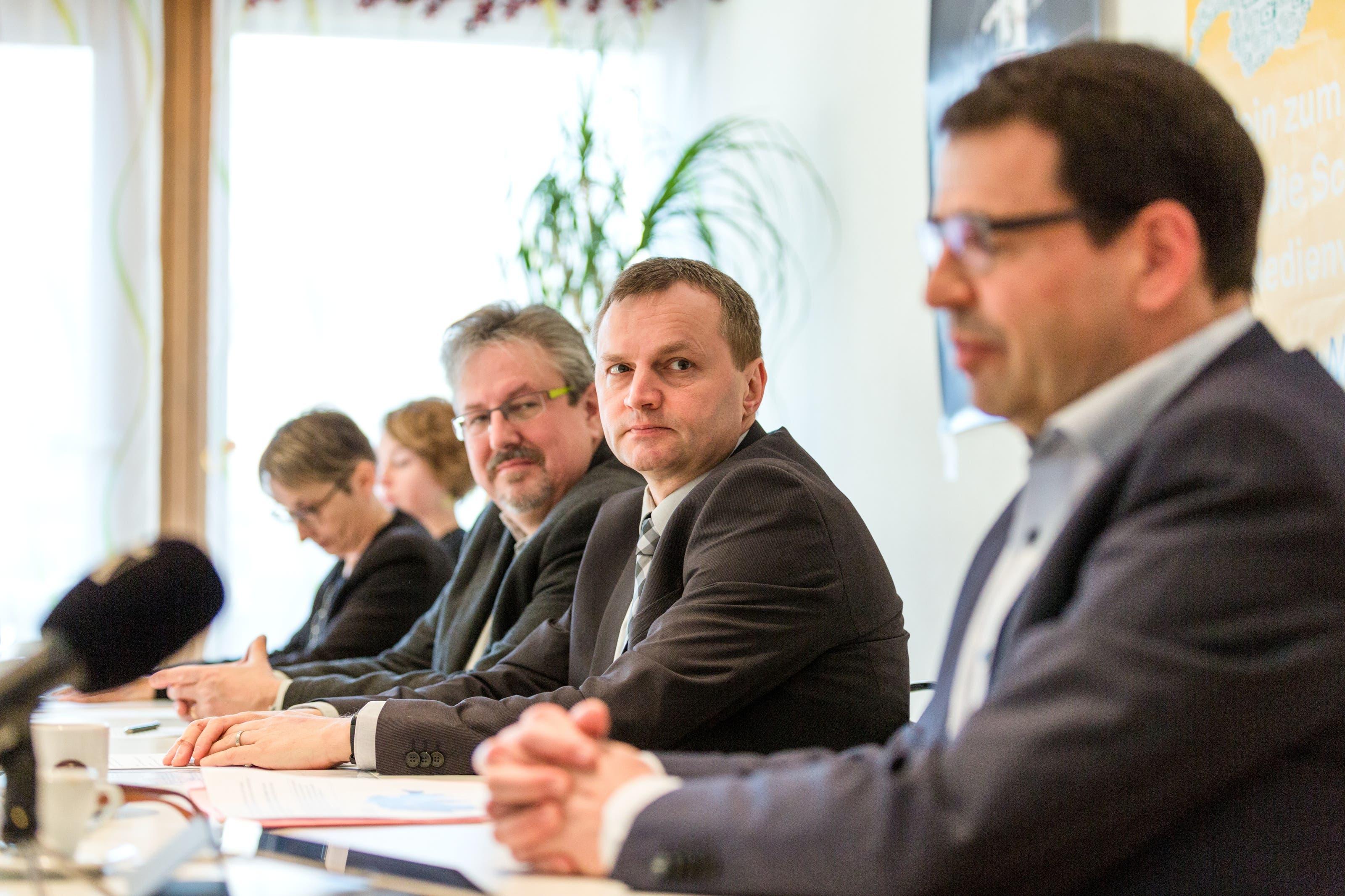 """No Billag Abstimmung Medienkonferenz des überparteilichen Komittees """"Nein zu No Billag"""". v.l.n.r.: Irène Kälin (Grüne), Elisabeth Burgener (SP), Liliane Studer (EVP, nicht zu sehen), Beat Flach (glp), Bernhard Guhl (BDP), Ruth Humbel (CVP) und Matthias Jauslin (FDP)"""