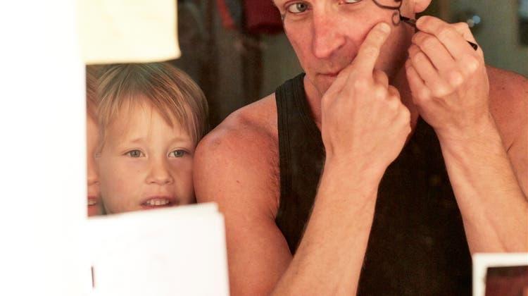 Zwischen Anstand und Kopfstand: Als Künstler unterwegs und Vater sein – geht das zusammen?