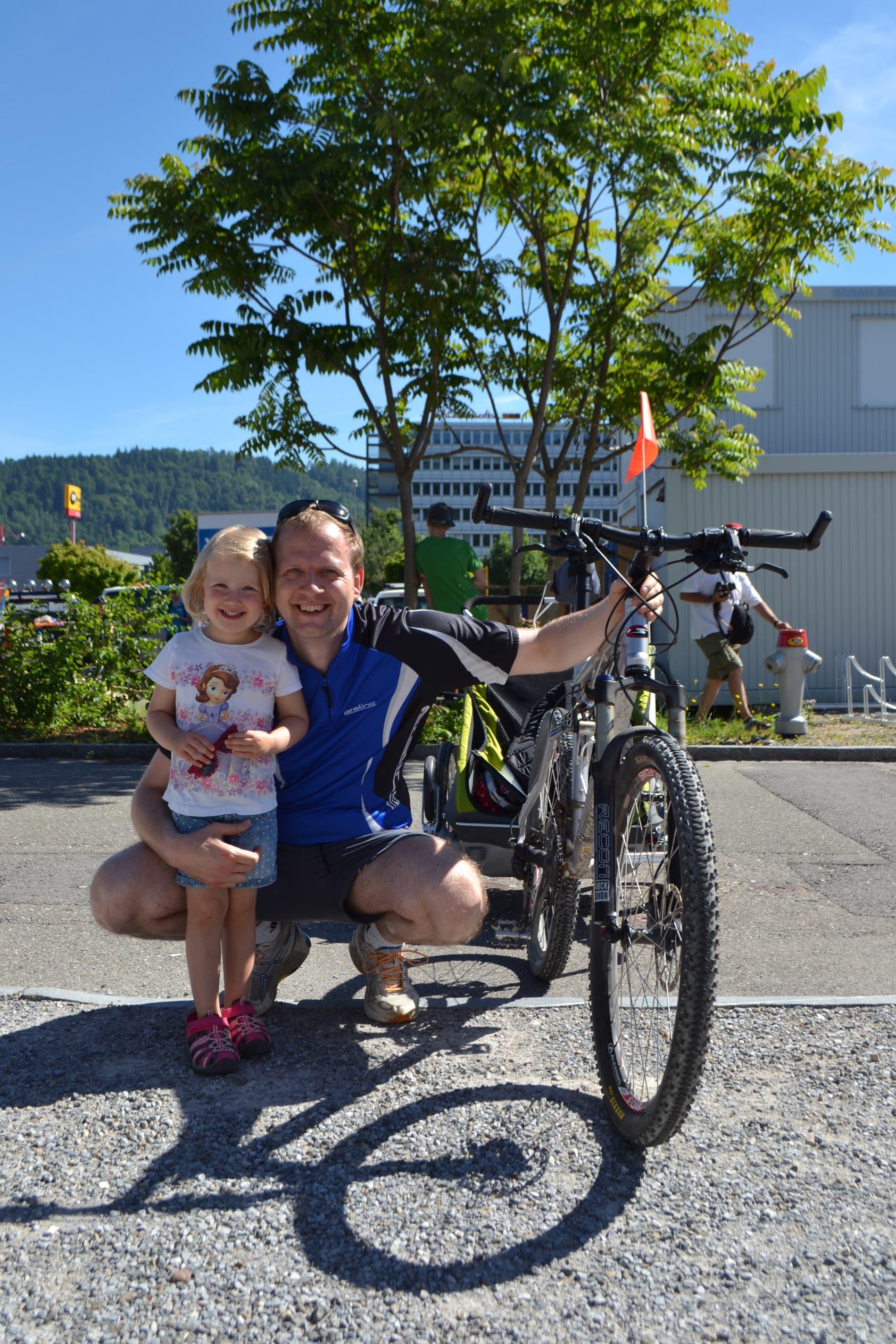 Alex Kaufmann, Dietikon «Mein Ziel ist es, einmal in der Woche mit dem Velo zur Arbeit zu fahren», sagte der Familienvater. Sein Stöckli-Bike werde definitiv zu selten genutzt, aber solche Ausflüge wie am Velotag seien eine gute Gelegenheit, das Fahrrad wieder hervorzuholen. Zusammen mit seiner kleinen Tochter im Veloanhänger, die sich sichtlich über den speziellen Ausflug freute, besuchte er den Anlass: «Wir nehmen als Familie meistens am Slow-Up teil, aber sonst sind wir weniger mit dem Velo unterwegs», meinte er. Vielleicht ändere sich das, wenn die jüngere Tochter älter ist, die mit Frau und Kinderwagen ebenfalls bei der Umweltarena anzutreffen war.