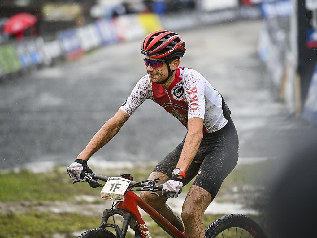 Alexandre Balmer grinst nach der Zieldurchfahrt - die Schweiz gewinnt WM-Bronze in der Mixed-Staffel
