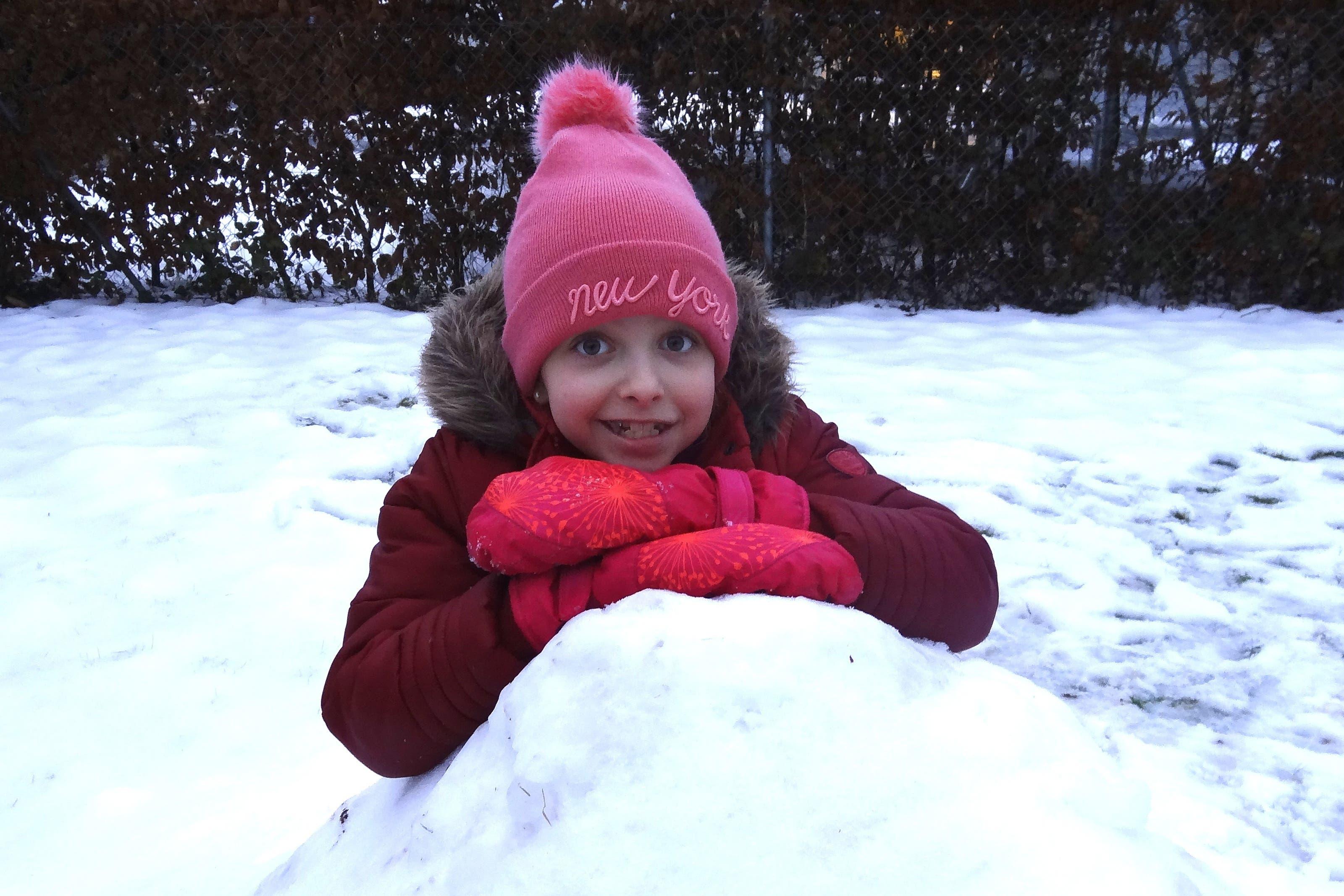 undefined Juhuiihh! Schneehaus bauen bereitet Sara grosses Wintervergnügen.