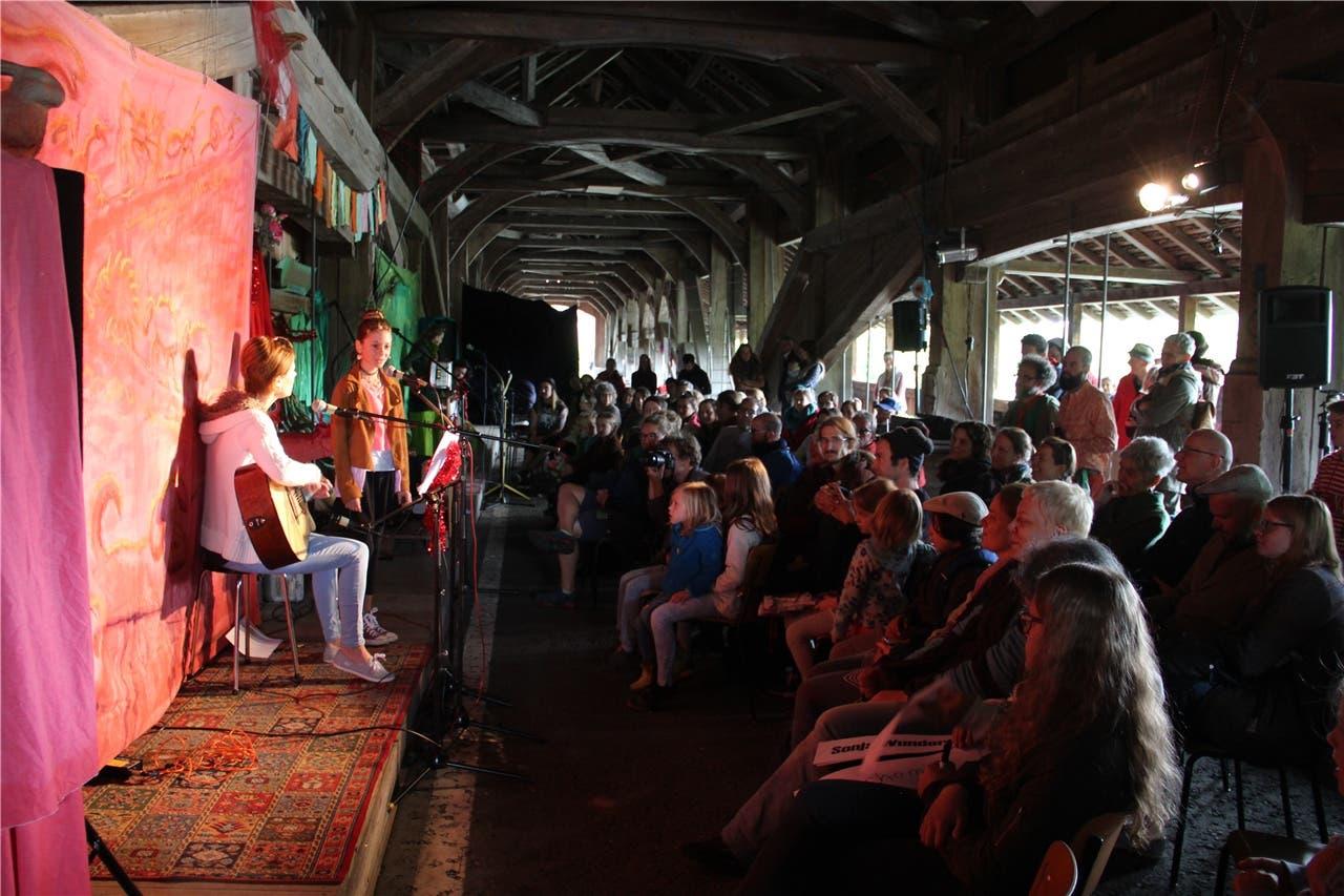 Christina Blum aus Fischbach-Göslikon trat mit ihrer Tochter Sina am «Troubadix» auf der alten Zollbrücke in Sins auf.