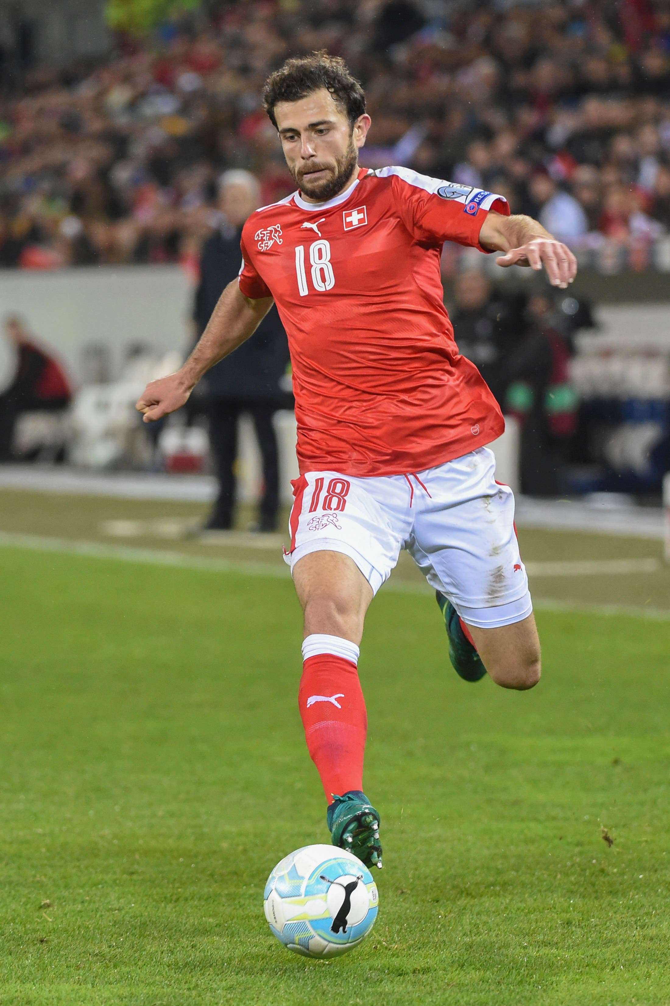 Klubkollege Admir Mehmedi durfte verspätet zur Nati stossen, da sein Test negativ ausfiel.