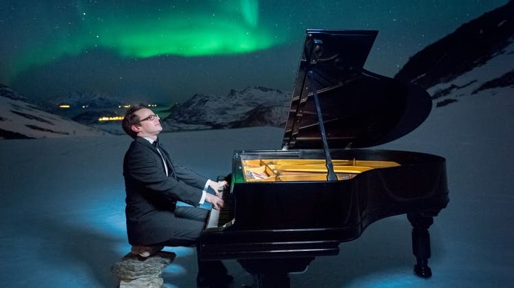 Eisig kalt: Solothurner Pianist spielt am Flügel unter Polarlichtern