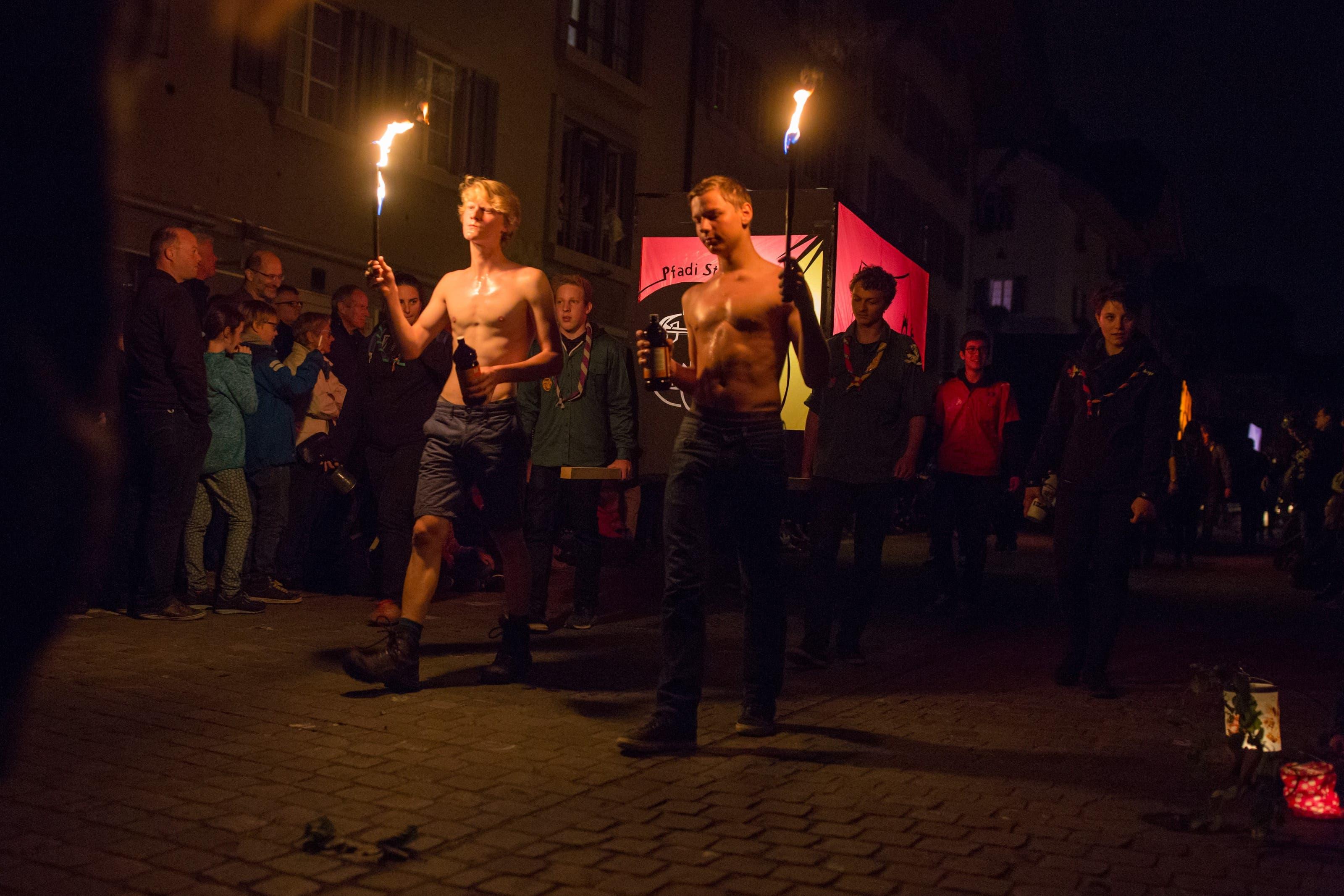 Die Feuer speienden Pfader der Abteilung St. Georg