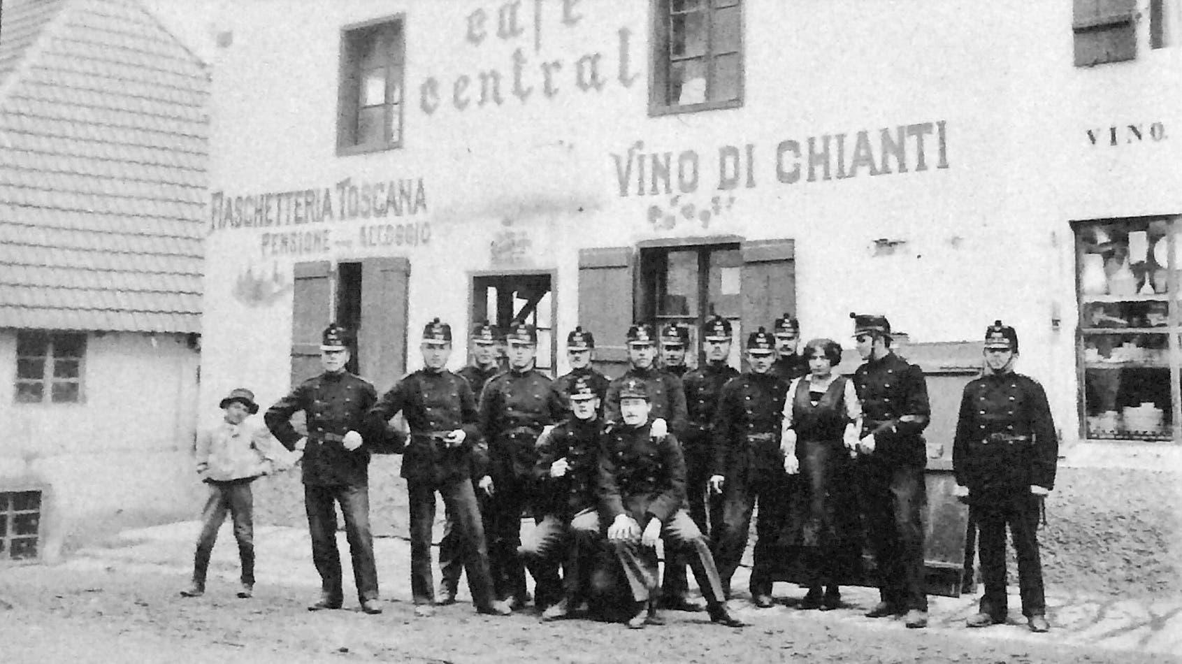 Soldaten vor dem Café Central im Barackendorf Tripolis in Trimbach.