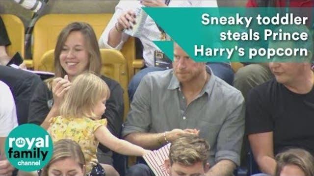 Mädchen stiehlt Popcorn von Prinz Harry – er reagiert perfekt