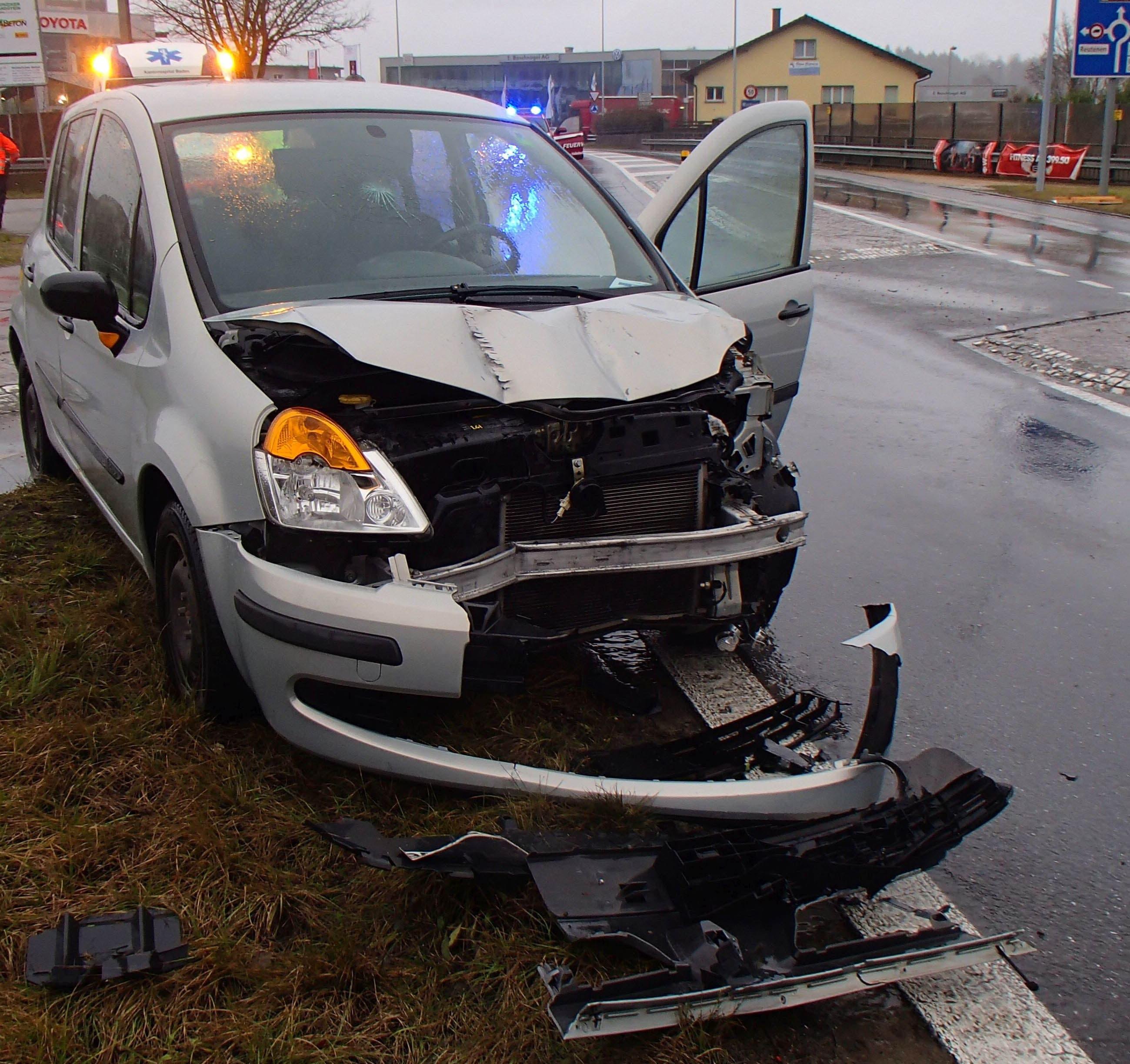 ... und ein entgegenkommendes Auto kollidierte in der Folge mit dem Anhänger.