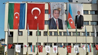 Türkisch-aserbaidschanische Eintracht an einer Hausfassade in Ankara: Die Türkei steht hinter ihrem «Bruderstaat». (Bild: Imago Images (Ankara, 6, Oktober 2020))